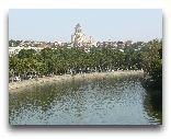 Грузия: Река Мтквари (Кура). Вдали — собор Цминда Самеба