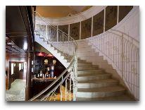 отель Ambasadori: Лестница в отеле