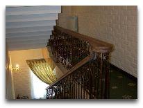 отель Arien Plaza: Лестница на второй этаж