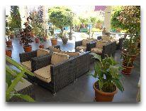 отель Armenian Royal Palace: Ресторан у басейна