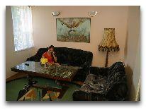 отель Azuolynas (Juodkrante): Гостиная в четырехместном апартаменте с кухней