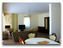 отель Blue Sevan: Гостинная в коттедже