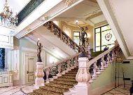 отель Bristol: Лестница в холле
