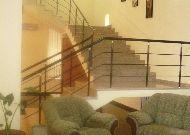 отель Capital Hotel: Лестница в холле на второй этаж