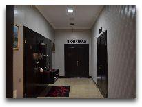 отель Issam: Вход в ресторан