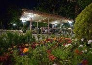 отель Chateau Chikovani: Вечером в саду