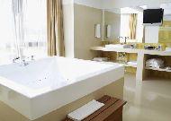 отель Dostyk: Гидромассажная ванна в номере