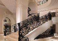 отель Four Seasons: Лестница в холле