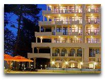 отель Georgia Palace Hotel: Отель вечером