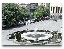 отель Grand Hotel Yerevan: Площадь Шарля Азнавура