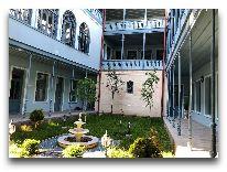 отель Golden Tulip Borjomi Palace: Дворик отеля