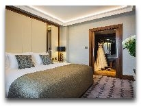 отель Grand Hotel Kempinski Riga: Deluxe Suite wardrobe and bedroom