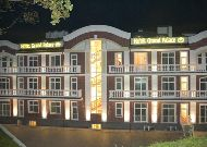 отель Гранд Палас: Отель ночью