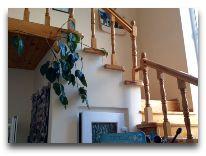 отель Green yard: Лестница на второй этаэж