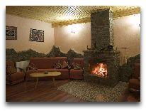 отель Gudauri Hut: Зал с камином