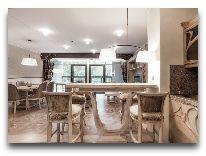 отель Hotel Apartment Dzukija: Гостиная - вид из кухни