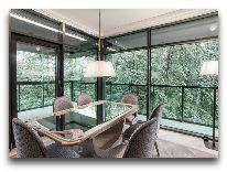 отель Hotel Apartment Dzukija: Гостиная - обеденный стол