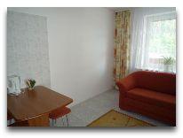 отель Hotel Egliu Slenis (Juodkrante): Кухня в двухкомнатном номере с прихожей