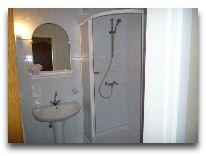 отель Hotel Egliu Slenis (Juodkrante): Ванная комната в двухкомнатном номере с прихожей