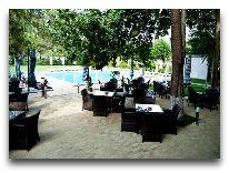 отель Hrazdan Hotel: Кафе у бассейна
