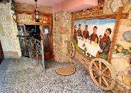 отель Irmeni: Вход в винный погреб