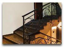 отель Kalasi: лестница в отеле