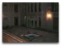 отель Lyabai Hauz: Внутренний двор вечером