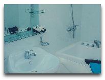 отель Lotus: Ванная в номере Полу-Люкс