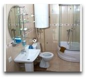 отель Mgzavrebi Batumi: Ванная в номере Люкс