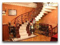 отель My House: Лестница в холле