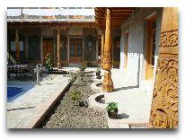 отель Nadirbek: Дворик отеля весной