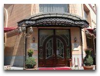 отель National Hotel: Вход в отель
