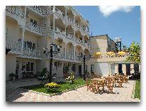 отель Rcheuli Marani: Летнее кафе во дворе
