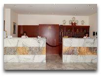 отель Regineh Hotel: Ресепшен