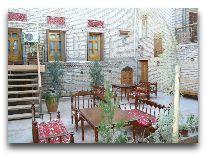 отель Sasha&Son Boutique hotel: Первый дворик