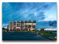отель Sea Breeze: Фасад отеля вечером