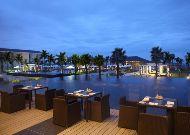 отель Sunrise Hoi An Beach Resort Hotel: Ресторан у бассейна