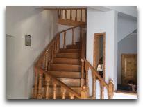 отель Svanetiya: Лестница на второй этаж