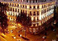отель Tbilisi Marriott Hotel: Фасад вечером