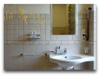 отель Villa Feja: Ванная в двухместом номере