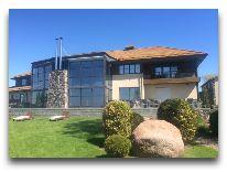 отель Villa Mary: Вид на виллу с лужайки