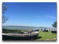 отель Villa Mary: Лодка на лужайке