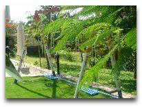 отель White Sands Resort: Качели в саду