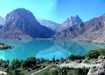 Узбекистан: общая информация, фото: Чарвакское водохранилище в горах Узбекистана