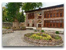 Историко-архитектурные памятники: Дворец Шекинских ханов