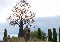 Центр Рух-Ордо: Памятник президенту Казахстана Нурсултану Назарбаеву.
