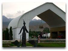 Центр Рух-Ордо: Скульптура киргизской девушки в национальной одежде.