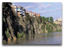Достопримечательности Тбилиси: Дома на скалах