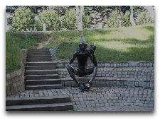 Памятники Тбилиси: Арлекин в детском парке Мзиури