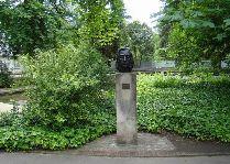 Путеводитель по Польше: Памятник Шопену в Желязовой Волье